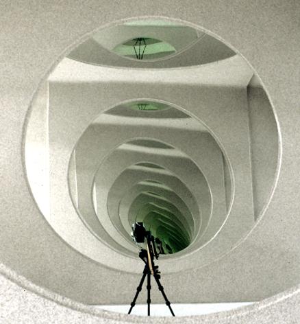 Autorretrato de mi cámara en la exposición del Jameo del Agua, en Haría (Lanzarote, Islas Canarias), 1993